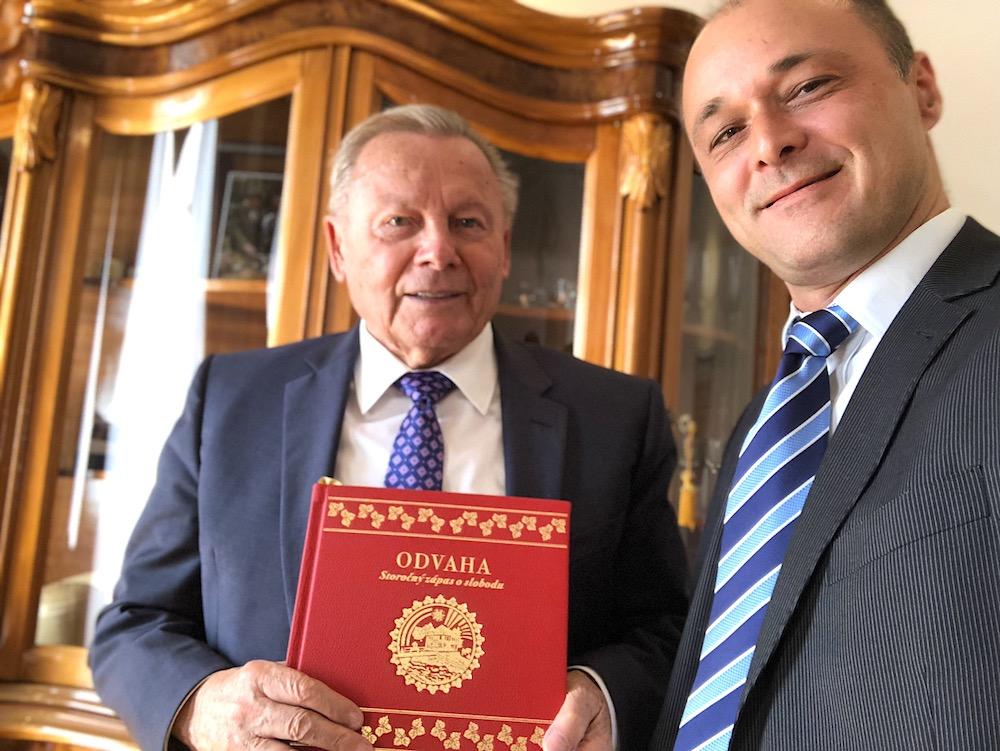 Prezident Slovenskej republiky Rudolf Schuster s Petrom Kokoľusom, autorom knihy ODVAHA - Storočný zápas o slobodu. Rudolf Schuster, President of the Slovak Republic with Peter Kokolus, author of the book COURAGE - 100 Years of Striving for Freedom.